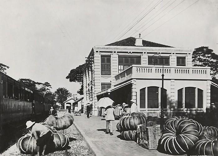 Trên sân ga Phủ Lạng Thương, khoảng năm 1921-1935. Năm 1962, thị xã Phủ Lạng Thương được đổi tên thành thị xã Bắc Giang, tỉnh lỵ của tỉnh Hà Bắc (gồm cả hai tỉnh Bắc Giang và Bắc Ninh ngày nay).