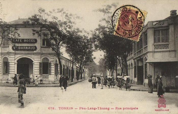 Hình ảnh thị xã Phủ Lạng Thương in trên bưu thiếp cổ của Pháp, dấu bưu điện ghi năm 1908. Phủ Lạng Thượng là tên gọi cũ của tỉnh lỵ Bắc Giang, được đặt từ cuối thời Lê Trung Hưng.