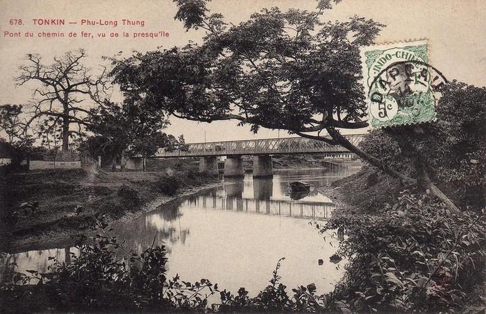 Cầu Phủ Lạng Thương (cầu sắt Sông Thương) - cây cầu đường sắt bắc qua sông Thương, nhìn từ bán đảo gần đó